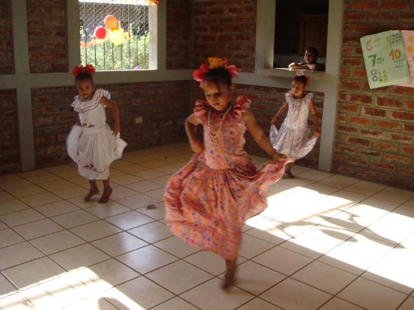 Nenas Facendo Baile Tradicional