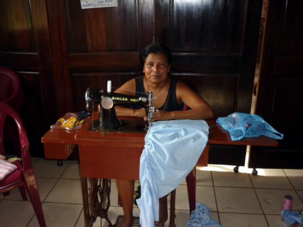Eliza no obradoiro de costura