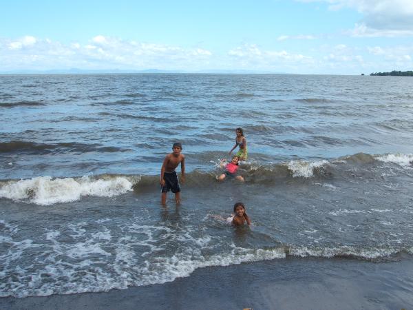 Nenos no Lago Cocibolca - Calli Tanday