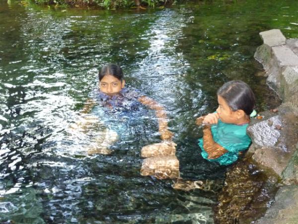 Nenas Bañándose no Río Tuco